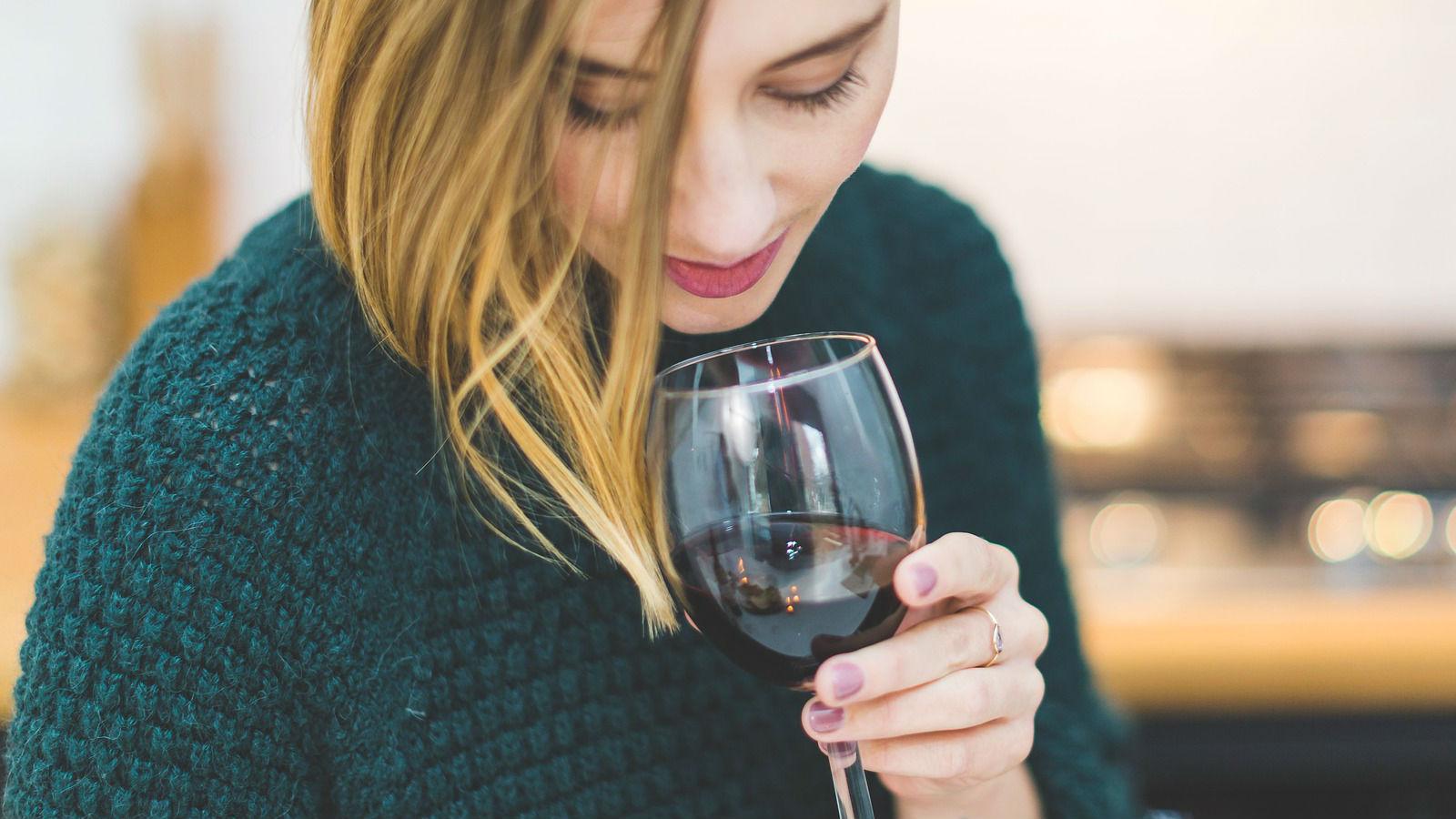 Beber vino con moderación le hace bien al corazón
