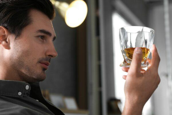 ¿Por qué los hombres son más susceptibles a volverse alcohólicos?