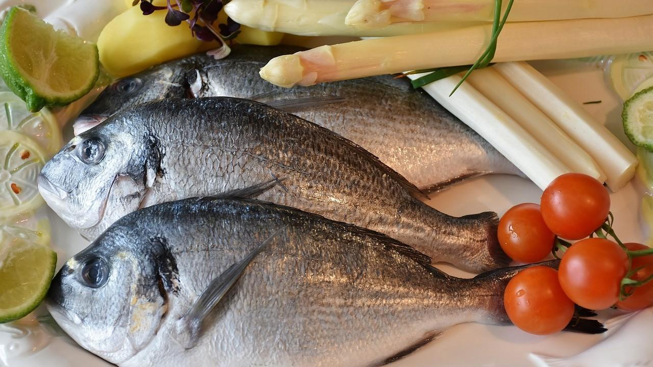Comer pescados sanos para el corazón: ¿cuáles son las ventajas y riesgos?