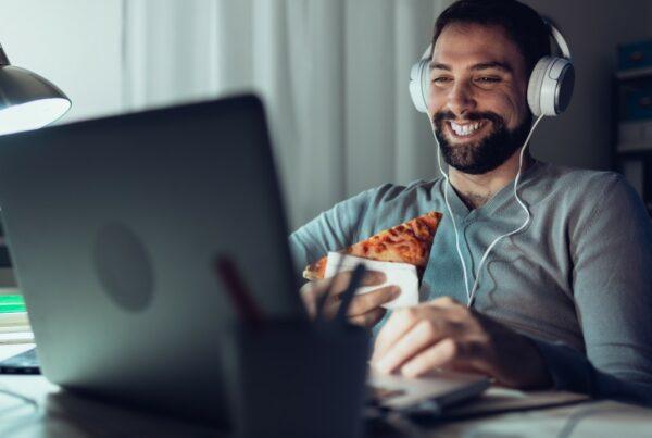 Comer distraído aumenta el consumo de calorías