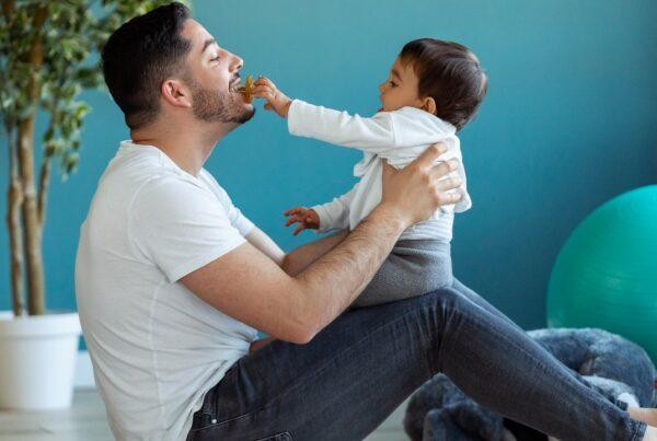 ¿Es una buena idea limpiar el chupete del bebé en tu boca?