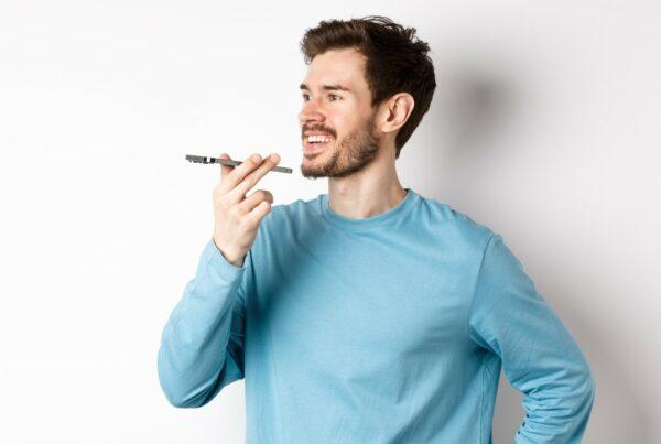 Los hombres de voz profunda... ¿resultan más atractivos?