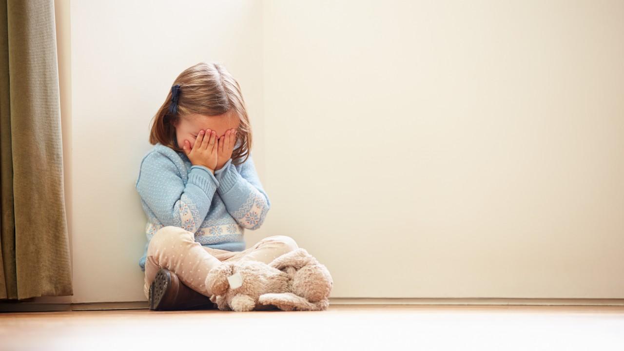 Pegarles a los niños trae consecuencias graves para su salud