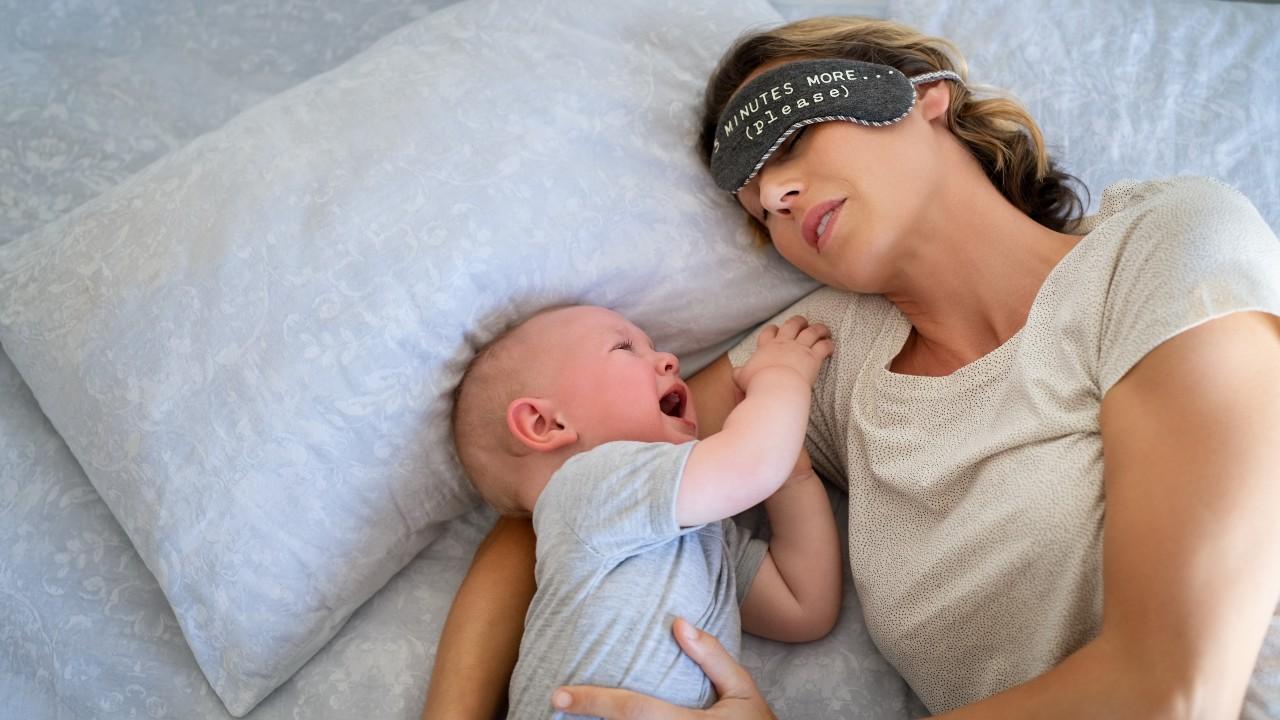 ¿Por qué lloran de noche los bebés?  Esta teoría te va a sorprender