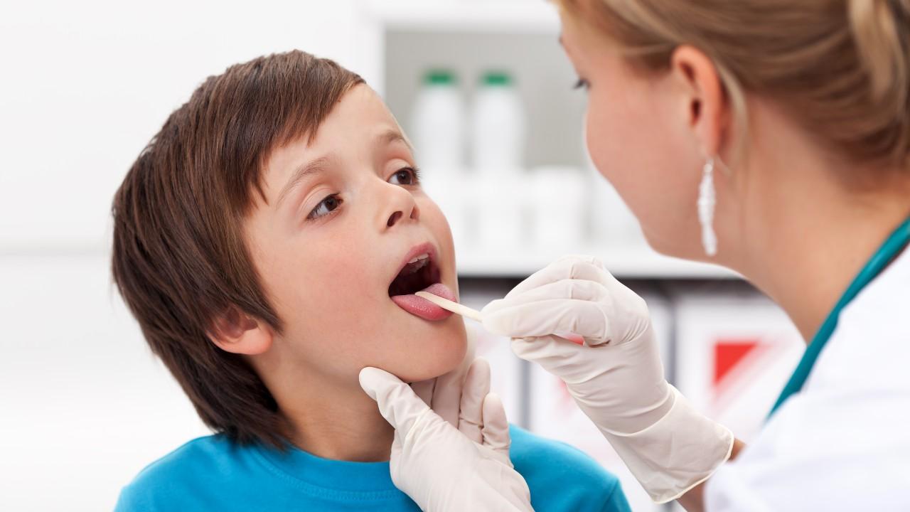 Lo que debes saber acerca del dolor de garganta en un niño