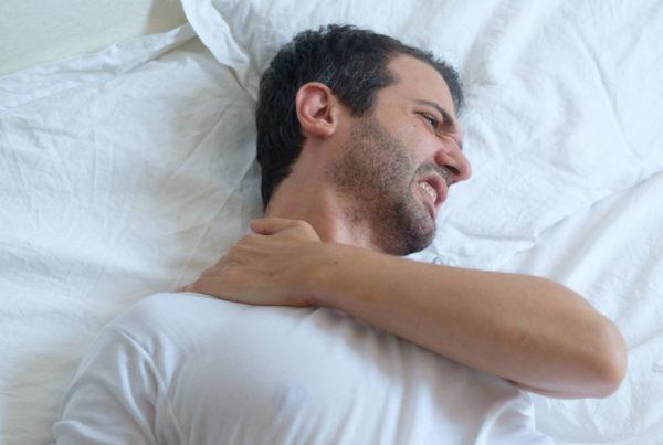 hombre dolor en el cuello