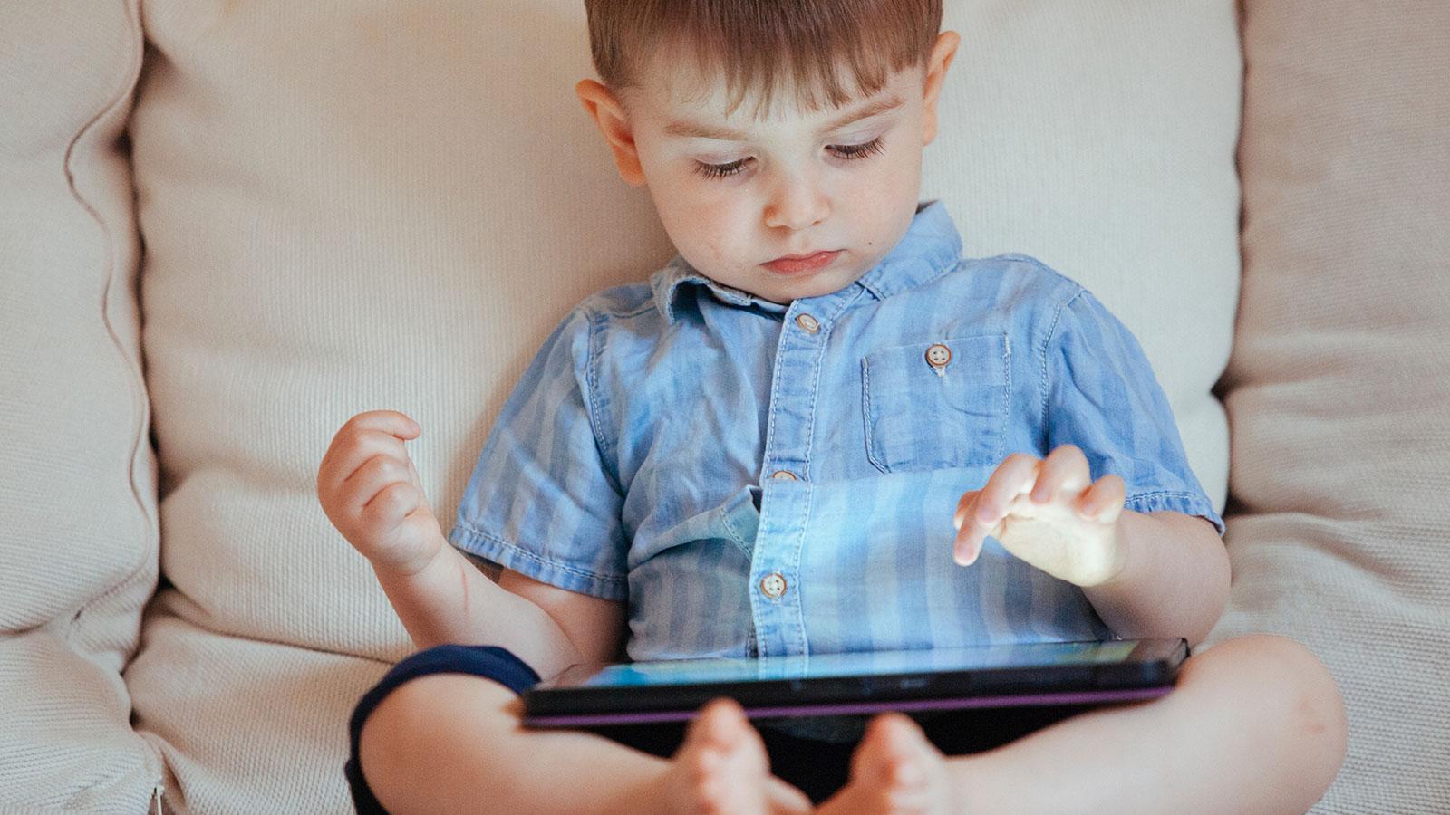 """""""¿Es malo que mi bebé juegue con un teléfono móvil o una tableta?"""""""
