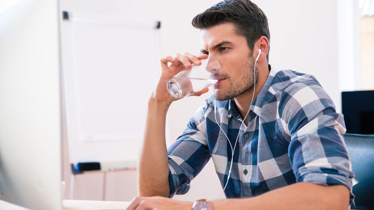 ¿Es cierto lo  de los 8 vasos de agua al día?