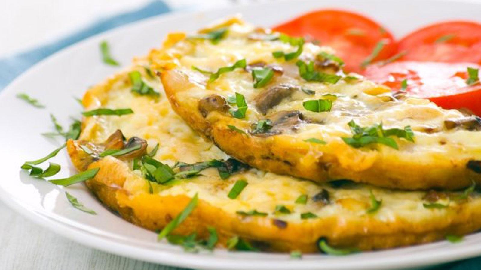 Omelet de claras de huevo con espinaca y tomate – receta saludable
