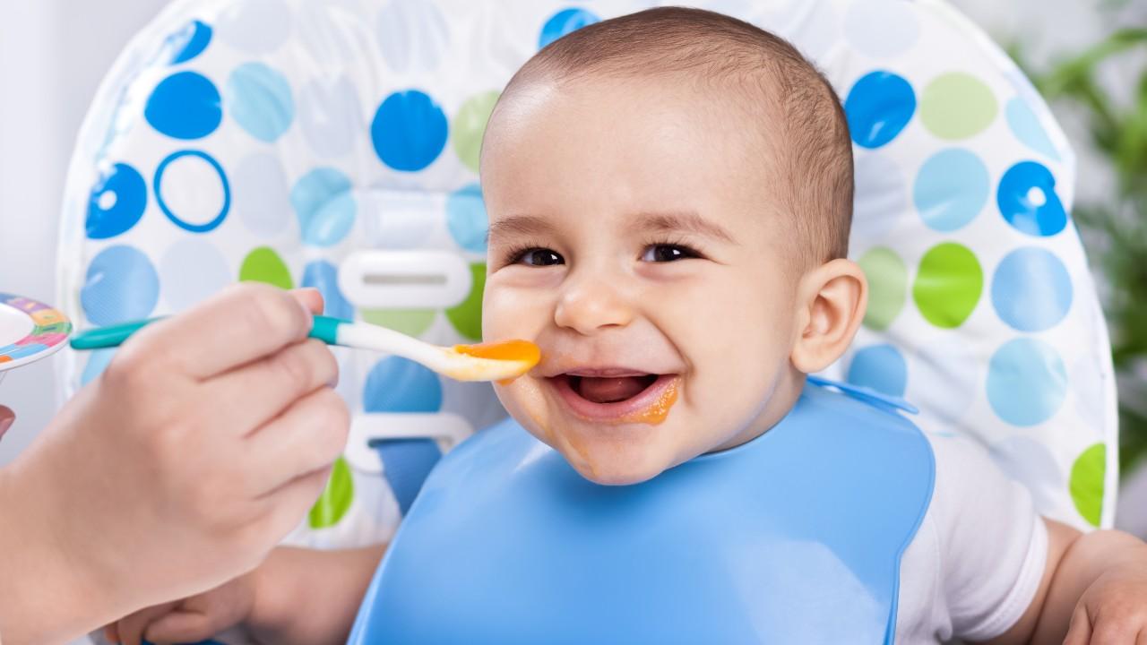 ¿Por qué no debemos darles miel a los bebés?