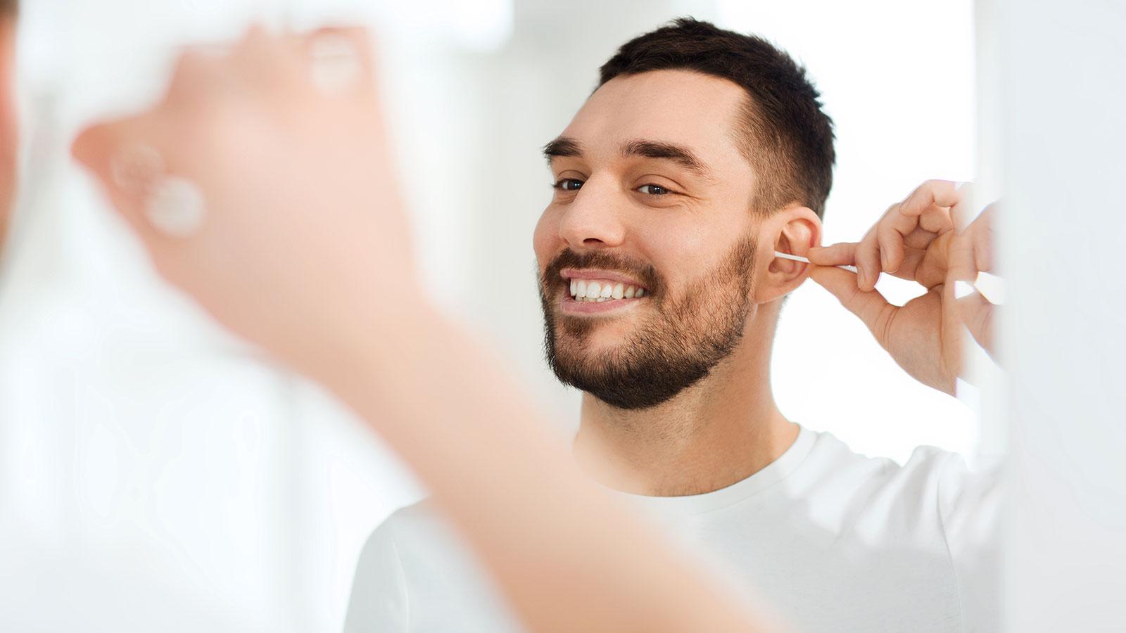 6 buenas razones para dejar de limpiarte los oídos con hisopos (Q-tips)