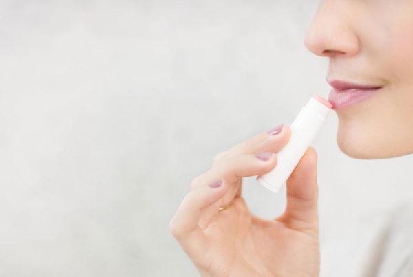 mujer-aplicando-suavizador-de-labios