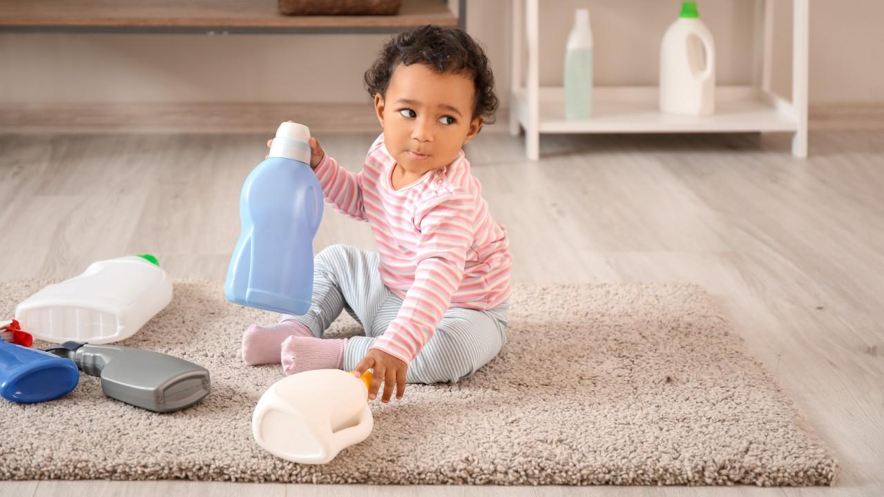 Peligros en el hogar: Productos de limpieza pueden intoxicar a los niños
