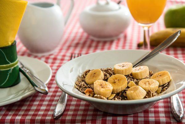 un plato de desayuno