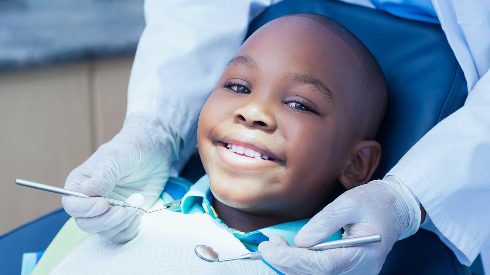 Si tu niño sufre un accidente que dañe sus dientes, ¿sabes qué hacer? Te damos una guía