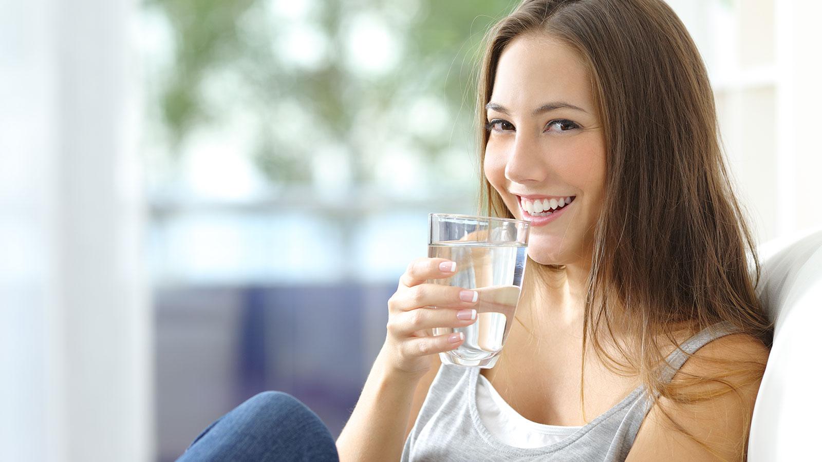¿Cuánta agua debes tomar al día?