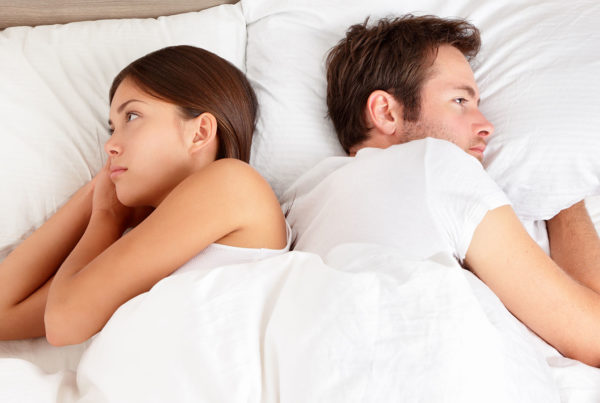 pareja-durmiento-de-espaldas