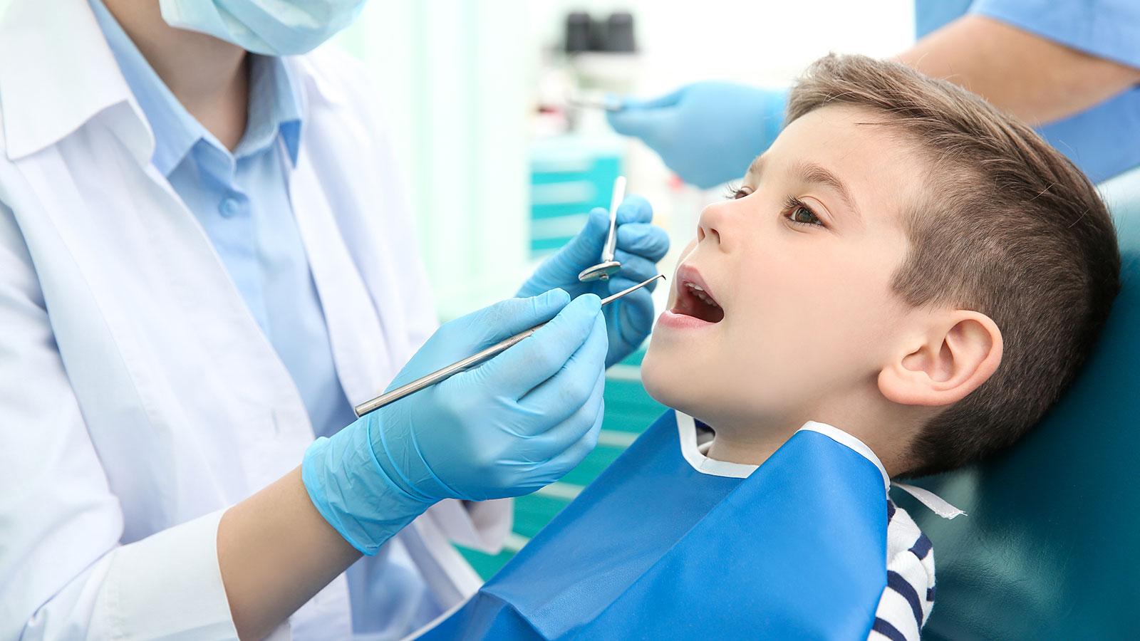 niño-atendido-por-el-dentista
