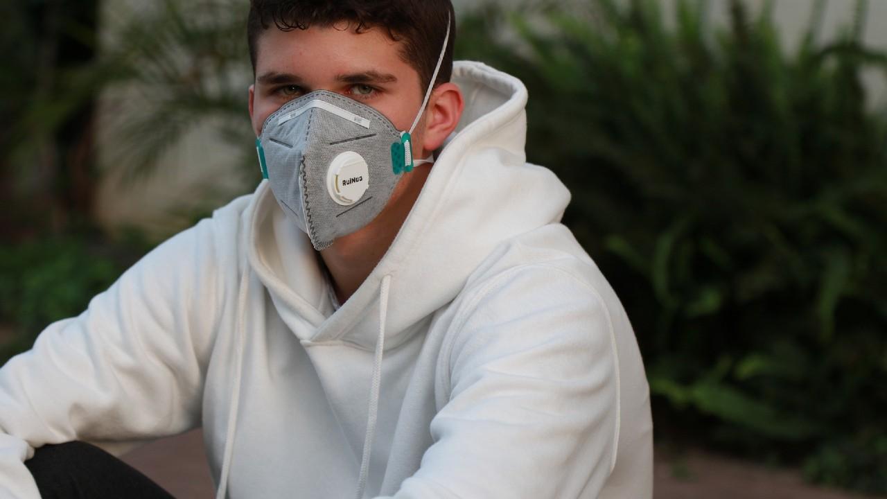¿Debemos usar una máscaras en público?