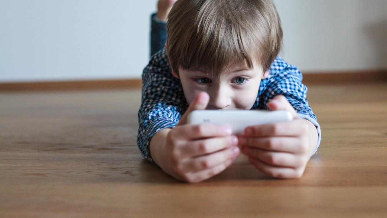 ¿Cómo manejar el tiempo que pasan los niños frente a la pantalla?