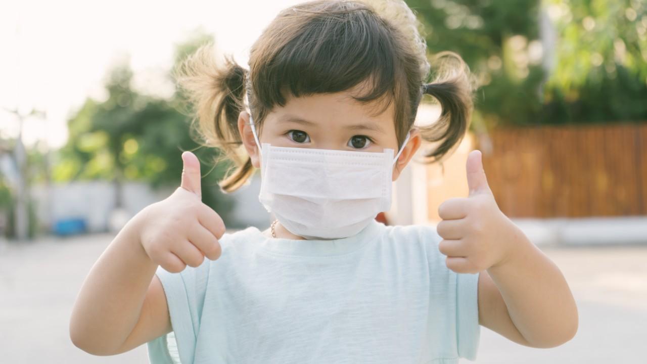 Qué síntomas presentan los niños que contraen Covid-19