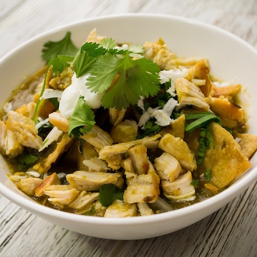 Chilaquiles ligeros con pollo – receta saludable