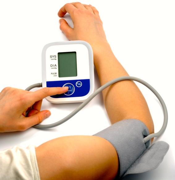 Si te mides la presión arterial en casa, la lectura podría ser incorrecta