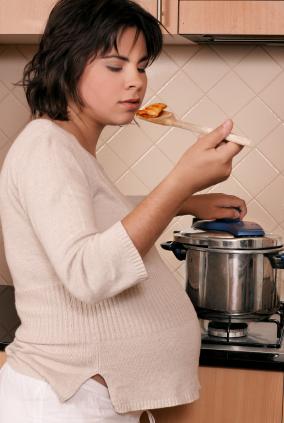 ¿Es verdad que durante el embarazo te dan antojos de algunas comidas?