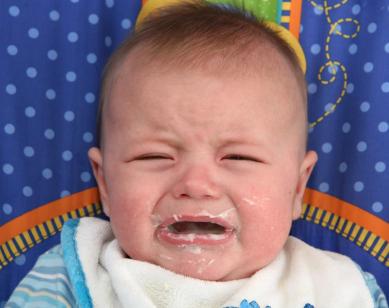 ¿Cuándo debes darle alimentos sólidos al bebé?