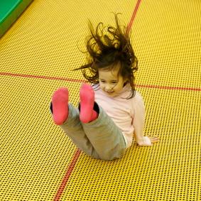Los médicos aconsejan evitar los trampolines