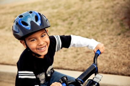 Si montas bicicleta o te encantan la patineta y los patines ¡no te olvides del casco!