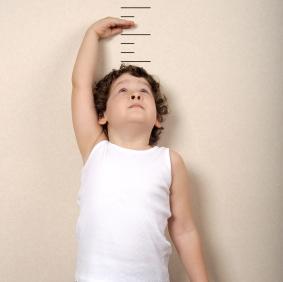 Los niños bajitos ¿necesitan recibir la hormona del crecimiento?
