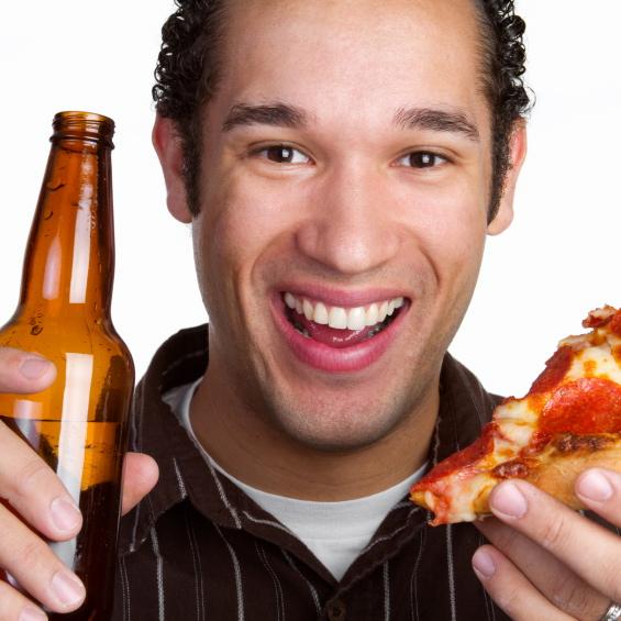 Cuidado con los alimentos que eliges cuando tomas bebidas alcohólicas