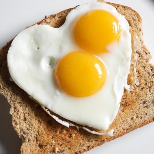 huevo-frito-sobre-lonja-de-pan
