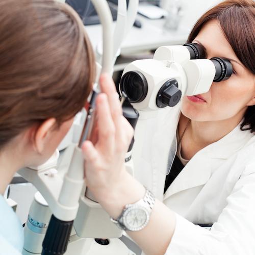 Cómo encontrar un oftalmólogo y qué preguntarle en tu primera cita