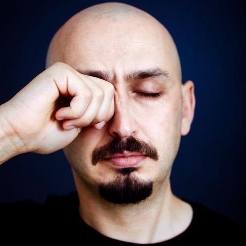 hombre-con-alergias-en-los-ojos