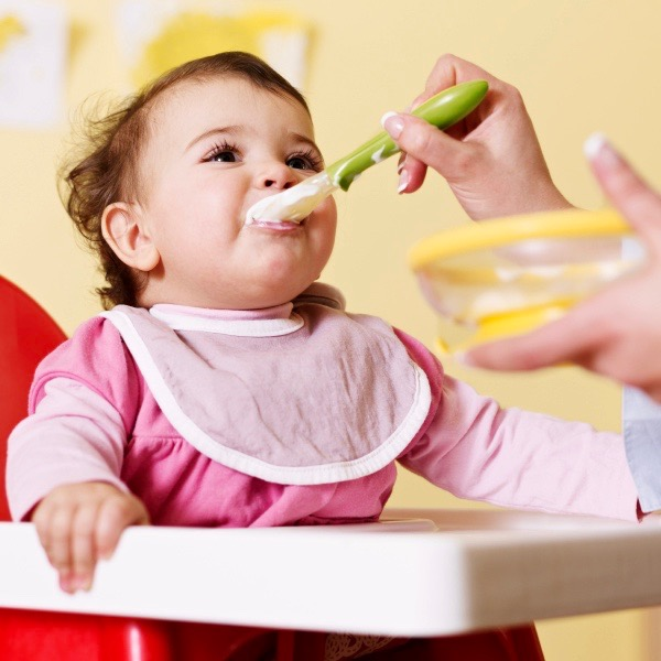 No te apresures a darle alimentos sólidos a tu bebé