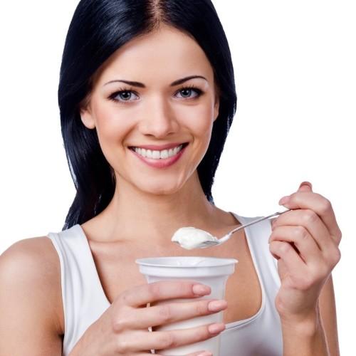 Mujer comiendo probióticos