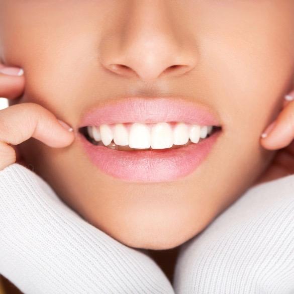 Hay bebidas y alimentos que manchan los dientes y otros que ayudan a lucir una linda sonrisa.